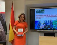 Amparo Díaz-Llairó posa con un ejemplar de su libro tras su charla en el Centro de Estudios Financieros.