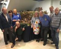 Algunos de los integrantes de la Asociación de Belenistas de Madrid que instalaron la obra.