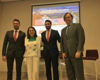 Ángela de las Heras junto a los ponentes Alejandro Asensio y José Ignacio Monedero (a su derecha).