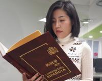 Lu Li, responsable del Mercado Asiático de CEF.- UDIMA, sostiene un ejemplar de la obra