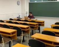 Profesor dando clase por videoconferencia